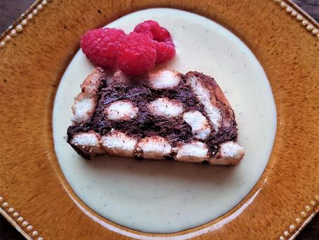 Charlotte au chocolat et au rhum, crème anglaise légère et framboises fraîches