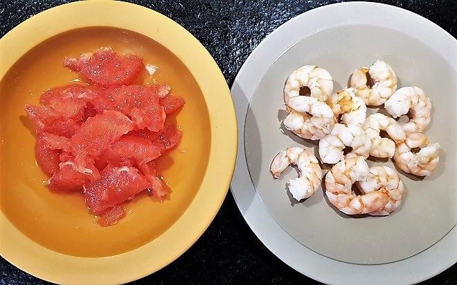 Peler les pamplemousses à vif et ajouter les crevettes roses