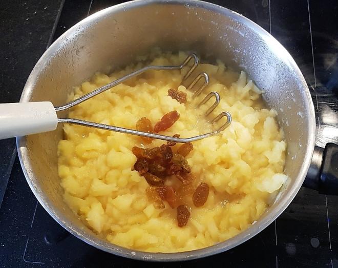 Ajouter cannelle, sucre et raisins