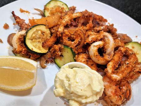 Gambas, calamars et légumes gratinés au four