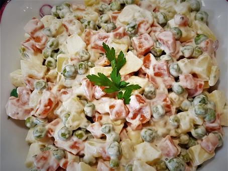 Franciasaláta, ou salade russe, la typique salade hongroise de macédoine de légumes