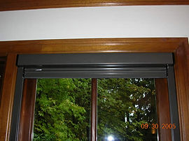 Retractable window screen, mounted under the header