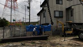 ☆☆現場便り☆☆ 中川区伏屋新築工事 土留工事の施工状況です。掘削が深いため土留のH形鋼を重機で打設しました。