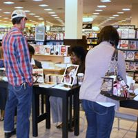 pic Barnes & Noble Blackflowers fiance