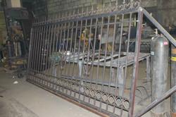 Ворота с элементами ковки в цехе