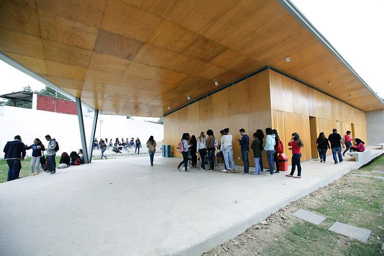 Jovens reunidos no prédio anexo da sede da SerCidadão