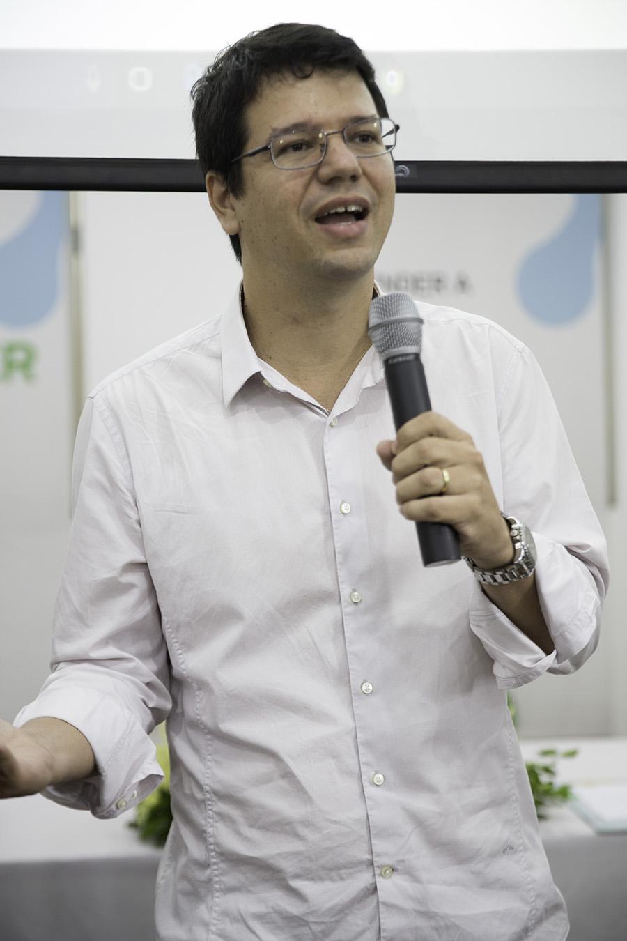 Claudio Motta, representante da Ternium, fala aos formandos