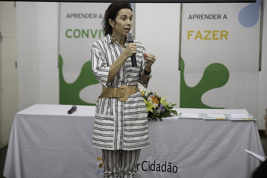 Letícia Monte fala durante a cerimônia de formatura em Santa Cruz