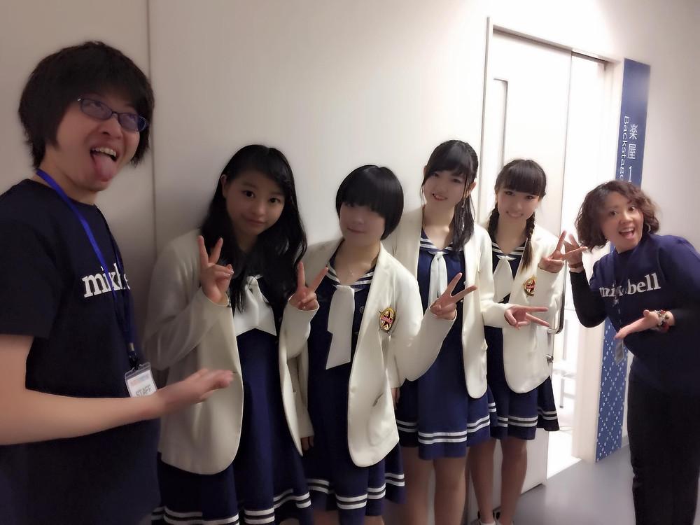 いつも作詞を担当していただいている麻矢先生とmixbellの4人を挟んでパシャッ!