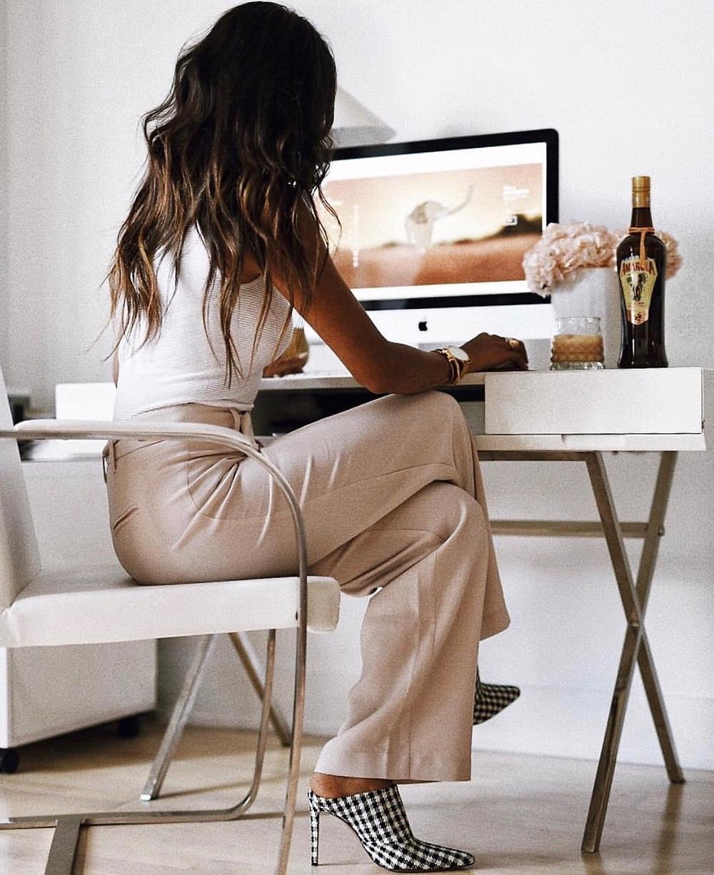 Mulher concentrada trabalhando no computador sem procrastinar