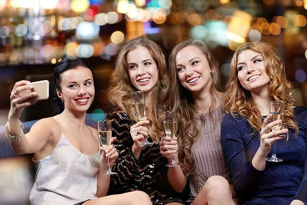 Grupo de amigas em festa