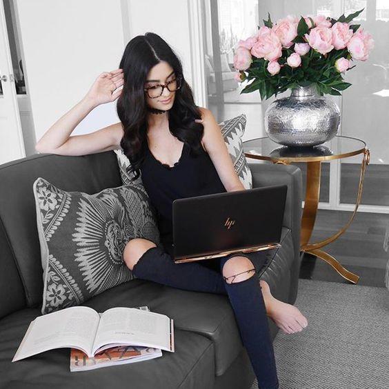 Mulher trabalhando com seu notebook em seu próprio negócio