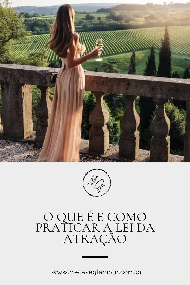mulher tomando vinho e olhando o horizonte da vinicola