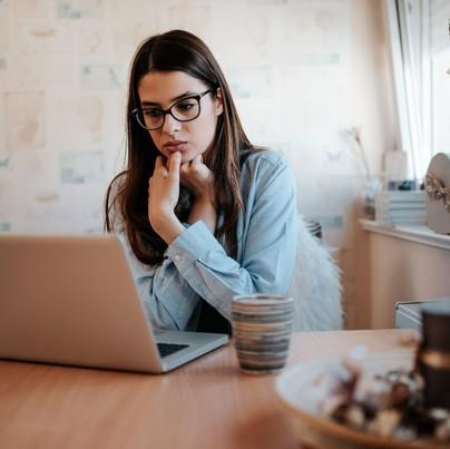 Siga estas 4 dicas e pare de surtar com as suas finanças