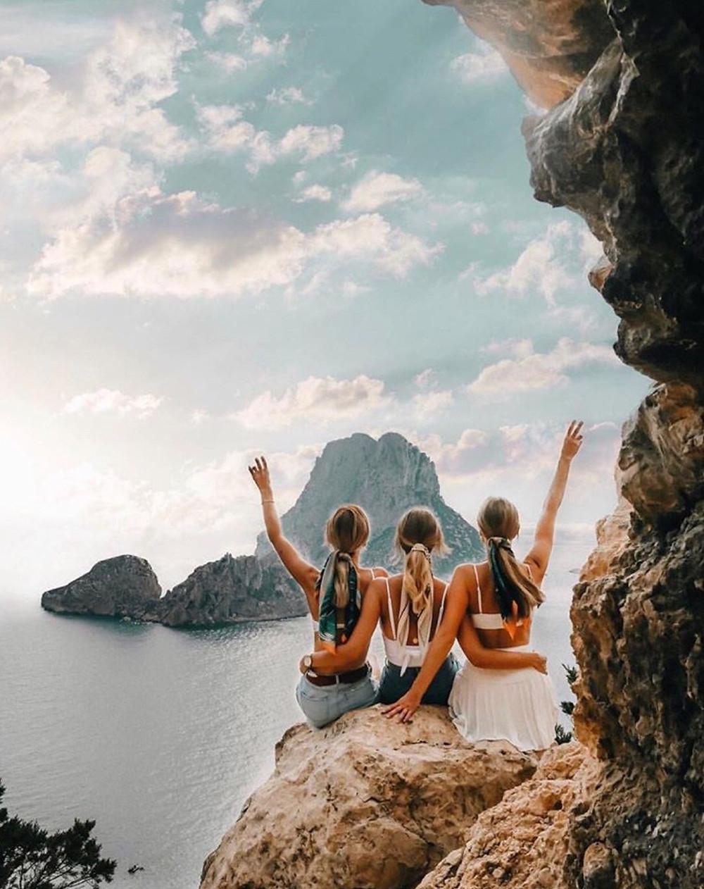 3 amigas felizes por praticarem a gratidao