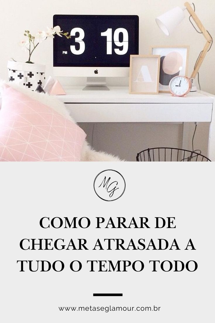 Home office feminino com relogio no computadorr