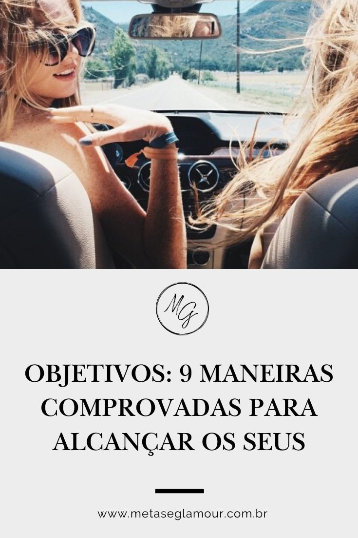 duas mulheres felizes viajando de carro conversivel