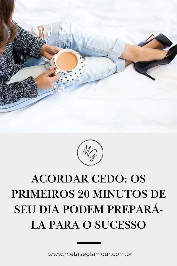 Mulher na cama tomando café