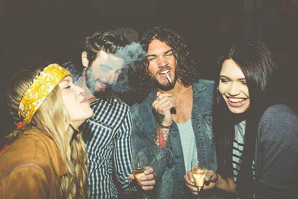 Grupo de amigos bêbados e fumando