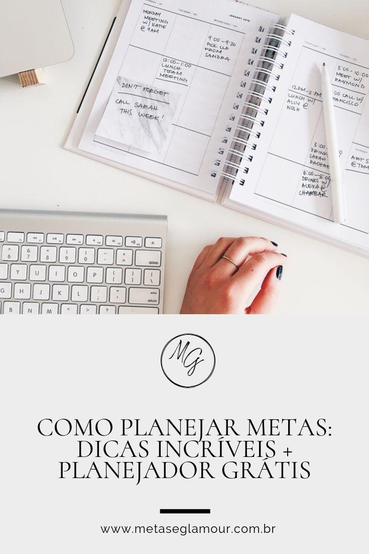 Mulher utilizando planner na mesa de trabalho