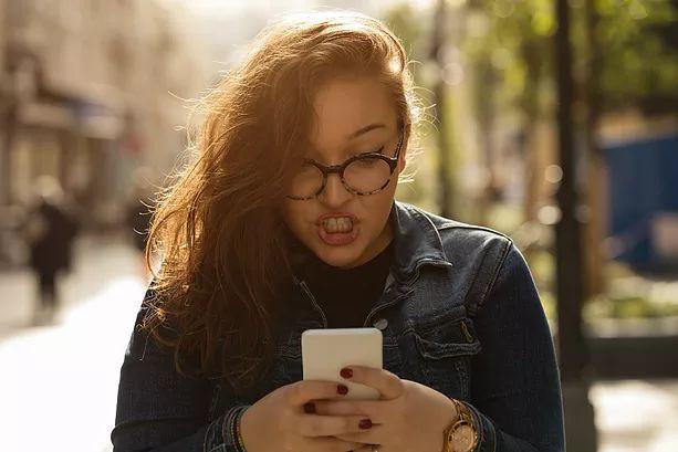 mulher com raiva postando nas redes sociais