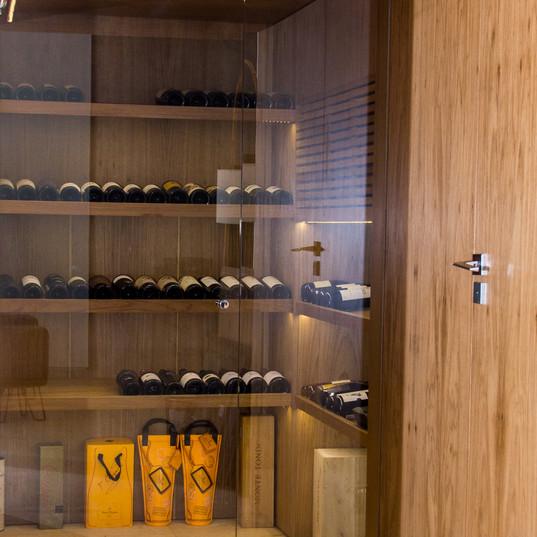 adega refrigerada piso inferior com piso em travertino toscano by camasa marmores & design