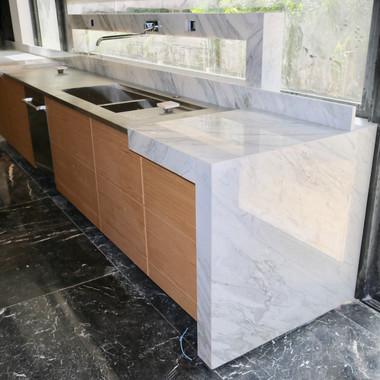 bancada cozinha em calacatta com torneira estruturada em ponte em calcatta design italiano