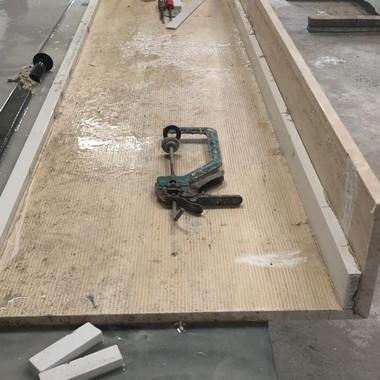 montagem e colagem de bancada em travertino navona