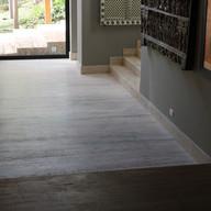 piso sala de estar em travertino romano