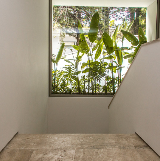escada que leva ao piso inferior totalmente revestida em travertino toscano by camasa marmores & design