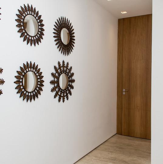 hall elevador com piso em travertino toscano by camasa marmores & design