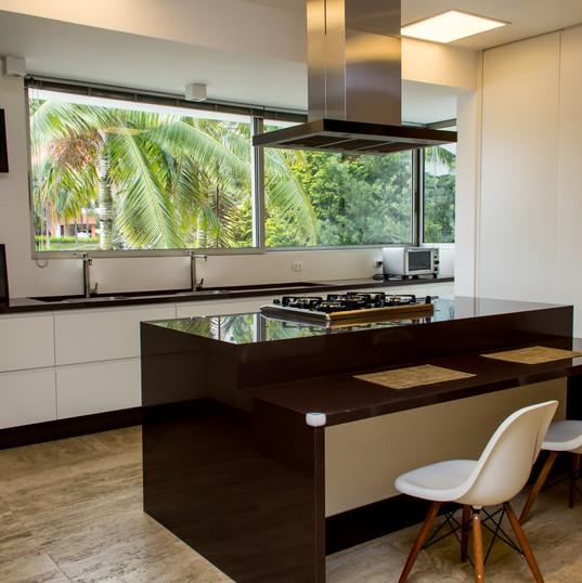 cozinha com piso em travertino toscano e granito marrom absoluto by camasa marmores & design