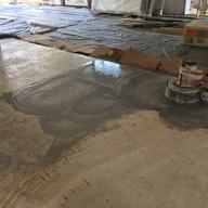 acabamento em obra de piso travertino navona