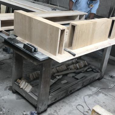 montagem de colunas em travertino navona para obra em jacarei