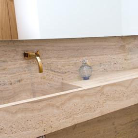 lavabo area sala principal com piso e cuba esculpida em travertino toscano by camasa marmores & design