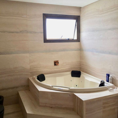 banheira, piso e revestimento em travertino romano escovado nao estucado
