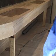 colocacao de bancada esculpida dupla em travertino navona