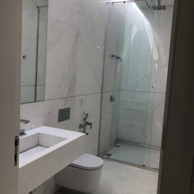 banheiro com piso revestimento e bancada esculpida em branco pigues A1
