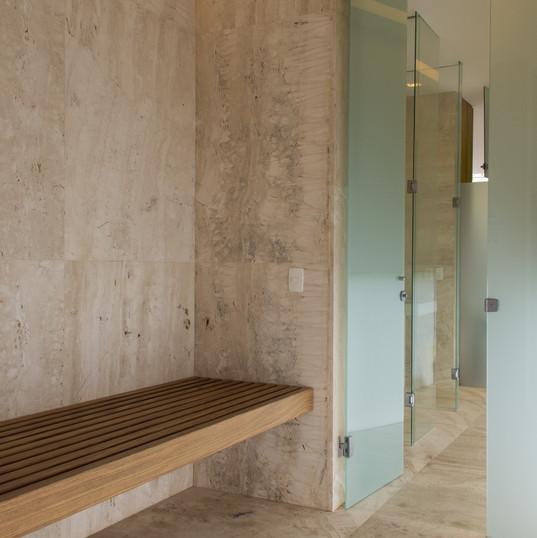 area sauna com piso e revestimento em travertino toscano by camasa marmores & design