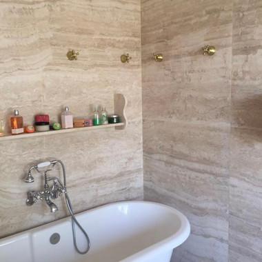banheiro com piso e revestimento em travertino toscano estucado e levigado fosco com veios casados