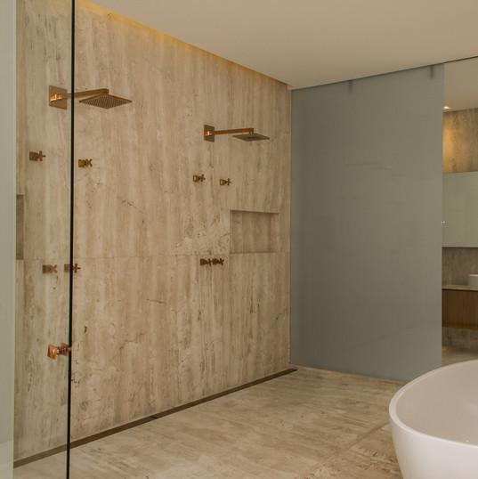 banheiro suite master com piso e revestimento em travertino toscano by camasa marmores & design