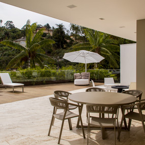 deck area externa com travertino toscano by camasa marmores & design, tudo integrado com area gourmet