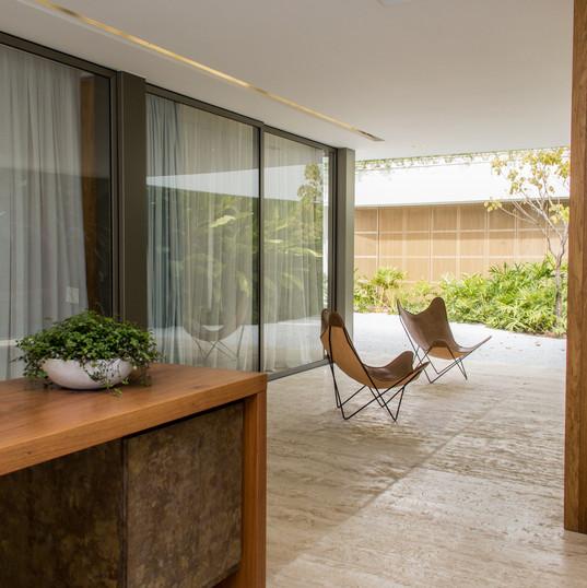 area gourmet integrada com piso em travertino toscano e bancadas em marrom absoluto by camasa marmores & design