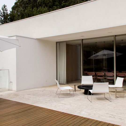deck area externa com travertino toscano by camasa marmores & design, tudo integrado com area gourmet