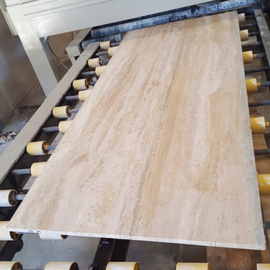processo de escova em travertino navona antes de enviar o material para marmoraria para projeto em Jacarei SP