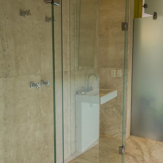 lavabo area piscina com piso e revestimento em travertino toscano by camasa marmores & design