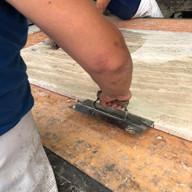 aplicacao de resina e tela em travertino para seguir para polimento industrial