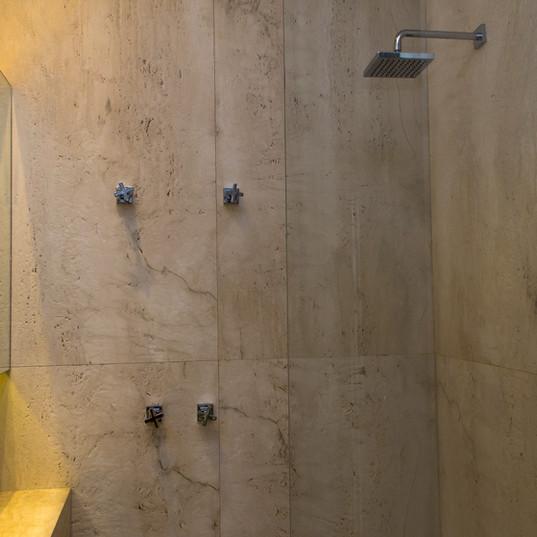 banheiro com piso e revestimento em trabertino toscano by camasa marmores & design