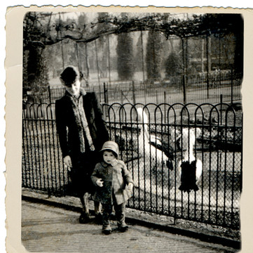 1944 Sara with Ruthie.jpg