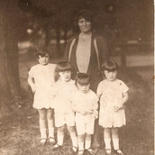 Fay Tully Hershi Sara with Chacje Ides in Zauerbrunn 1927.jpg